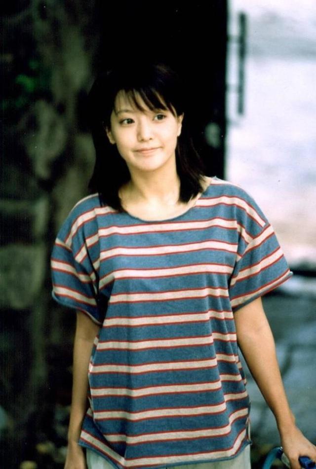 Năm 992, Kim Hee Sun bắt đầu sự nghiệp trong làng giải trí với vai trò một người mẫu quảng cáo và giành danh hiệu số một tại một cuộc thi tìm kiếm gương mặt quảng cáo tại Hàn Quốc. Năm 1993, cô bắt đầu được mời tham gia một số chương trình truyền hình và thi đỗ vào trường đại học văn hoá tại Hàn Quốc, khoa điện ảnh. Một lần, Kim Hee Sun tới công ty SBS để tham gia một chương trình âm nhạc và lọt vào mắt xanh của một nhà sản xuất. Cô được mời đóng phim và nhanh chóng trở nên nổi tiếng khắp cả nước.