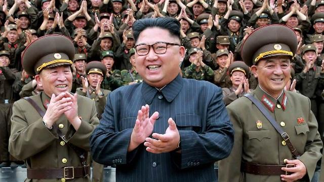 Nhà lãnh đạo Triều Tiên Kim Jong-un chụp ảnh cùng các tướng lĩnh quân đội (Ảnh: Reuters)