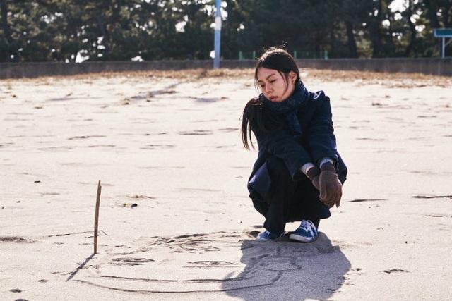 """Bộ phim """"On the Beach at Night Alone"""" đã được đề cử ở hạng mục Gấu Vàng và giành về giải Gấu Bạc cho Nữ chính xuất sắc."""
