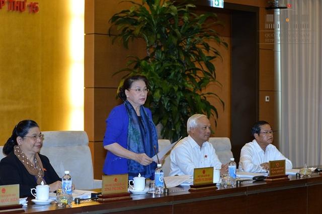 Chủ tịch Quốc hội Nguyễn Thị Kim Ngân lưu ý nhiều vấn đề cần mổ xẻ, làm rõ về tình hình kinh tế - xã hội.