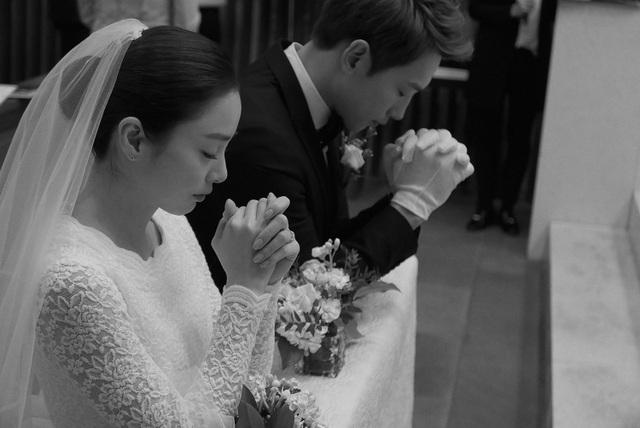 Kim Tae Hee kể rằng, cô được Bi (Rain) cầu hôn vào đúng ngày hai người tổ chức đám cưới.