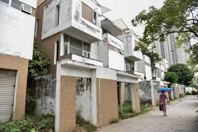 Khu đô thị Văn Phú khá khang trang nhưng có nhiều biệt thự bỏ không trong một thời gian dài. Một số căn biệt thự không người ở đã bị các đối tượng nghiện ma tuý biến thành tụ điểm tiêm chích.