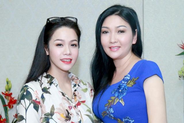 Diễn viên Kim Tính (phải)