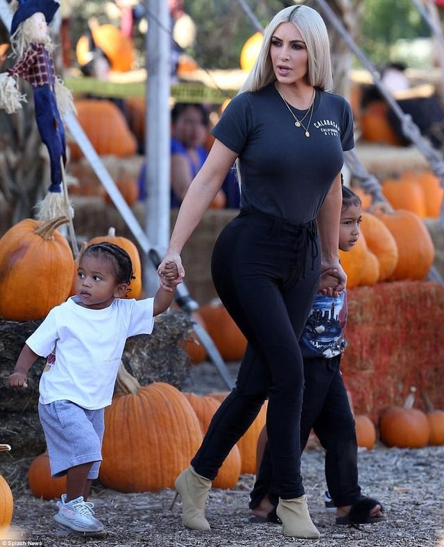 Hai nhóc tì đáng yêu của Kim Kardashian đi thăm vườn bí ngô - 13