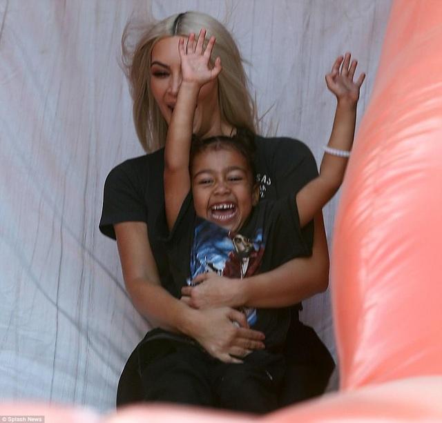 Hai nhóc tì đáng yêu của Kim Kardashian đi thăm vườn bí ngô - 16