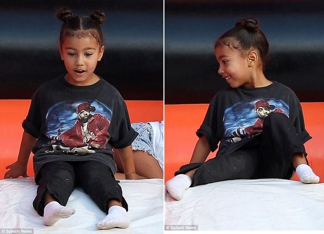 Hai nhóc tì đáng yêu của Kim Kardashian đi thăm vườn bí ngô - 17