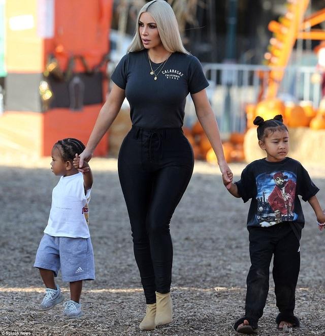 Kim Kardashian dẫn con gái North, 4 tuổi, và con trai Saint, 1 tuổi, tới chơi tại vườn bí ngô ở Calabasas, ngày 18/10.