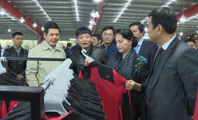 Đồng chí Nguyễn Thị Kim Ngân, Ủy viên Bộ Chính trị, Chủ tịch Quốc hội cùng các đồng chí lãnh đạo tỉnh kiểm tra hoạt động sản xuất, kinh doanh và thăm hỏi đời sống, việc làm của người lao động Nhà máy may số 1, Công ty Cổ phần Sản xuất hàng thể thao MXP1- Chi nhánh Thái Bình.