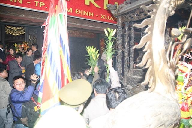 Cảnh cướp lộc ngay tại ban thờ đền Thiên Trường Lễ hội đền Trần năm 2016