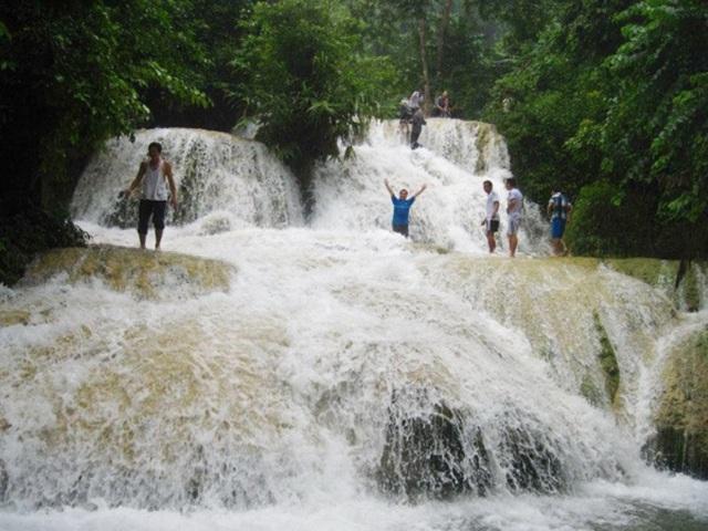 Nhiều du khách thích thú tắm suối Hiêu.