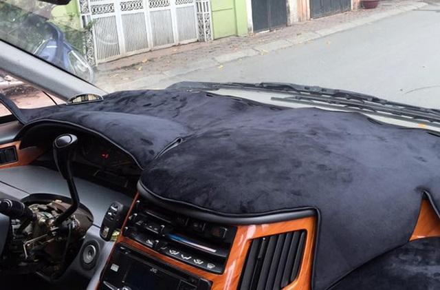 Tấm phủ tableau trên Toyota Previa được sử dụng để tránh nhiệt độ hấp thụ vào tấm nhựa trong xe - Ảnh Đồng Hoàng Duy