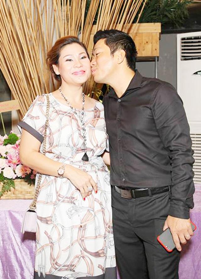 Cưới vợ năm 2016 nhưng Kinh Quốc ít khi xuất hiện cùng bà xã. Tại bữa tiệc, nam diễn viên Kinh Quốc dành nhiều tình cảm cho bà xã, anh không ngại hôn má của vợ khi được yêu cầu.