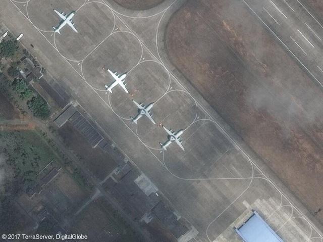 Ảnh vệ tinh chụp 2 máy bay cảnh báo sớm KJ-500 (ngoài cùng bên phải) và các máy bay tuần tra của Trung Quốc trên đảo Hải Nam (Ảnh: DigitalGlobe)