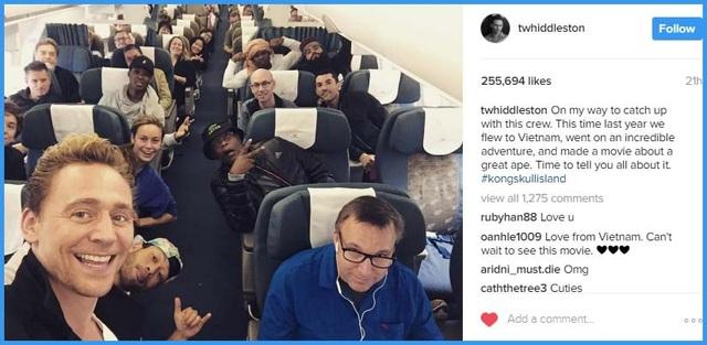 """Trên trang Instagram của mình, nam chính - tài tử người Anh Tom Hiddleston chia sẻ: """"Thời gian này năm ngoái chúng tôi đã cùng nhau bay tới Việt Nam, thực hiện một chuyến hành trình không tưởng, làm một bộ phim về quái thú khổng lồ. Đã đến lúc kể cho các bạn nghe tất cả về bộ phim rồi"""". Bức ảnh nhận được hàng trăm ngàn """"like"""" và hàng ngàn lượt bình luận."""