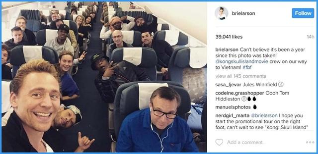"""Trên trang chia sẻ ảnh Instagram của mình, nữ chính Brie Larson cũng chia sẻ điều tương tự: """"Không thể tin nổi đã một năm kể từ khi bức ảnh này được chụp. Trong ảnh, cả đoàn đang trên đường tới Việt Nam""""."""