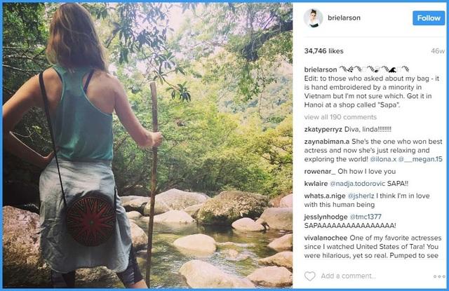 """Trước đây, Brie Larson đã từng đăng tải nhiều bức ảnh trong quãng thời gian lưu lại Việt Nam. Trong đó có bức chụp hình cô đeo một chiếc túi thổ cẩm, Brie giới thiệu rằng: """"Gửi những người đã hỏi về chiếc túi này, đây là một chiếc túi thêu tay của người dân tộc ở Việt Nam""""."""