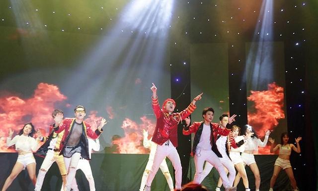 Hóa thân thành nhóm nhạc thần tượng đình đám Bigbang trong bài hát quen thuộc Bang bang bang, những người bạn đến từ Hải Phòng Sound Wave Dance Crew không làm cho các fan của ban nhạc thất vọng.