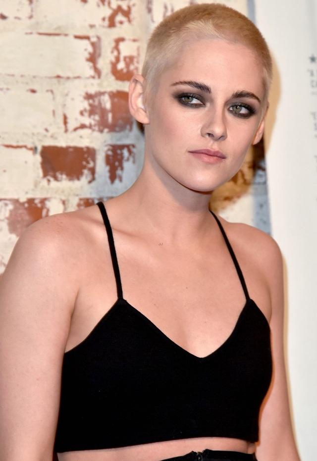 Ngôi sao xinh đẹp người Mỹ nhuộm tóc vàng và cắt tóc ngắn như nam giới. Cô diện bộ jumpsuit xuyên thấu khoe vai trần.