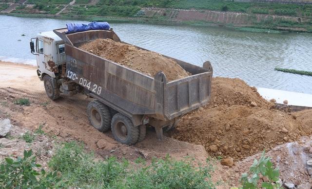 Người dân cho rằng việc thi công công trình và việc kè đê sông Kỳ Cùng làm lún, nứt nhà và gây nguy hiểm đến tính mạng và tài sản trong mùa mưa lũ.