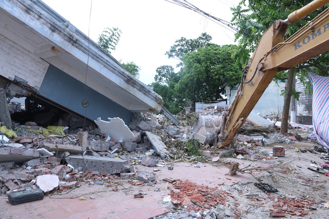 Trong quá trình phá dỡ những công trình xây dựng trên phần diện tích đất mà một số hộ dân đã trả lại mặt bằng, việc dùng máy móc hạng nặng để phá dỡ đã ảnh hưởng đến đường dây điện.