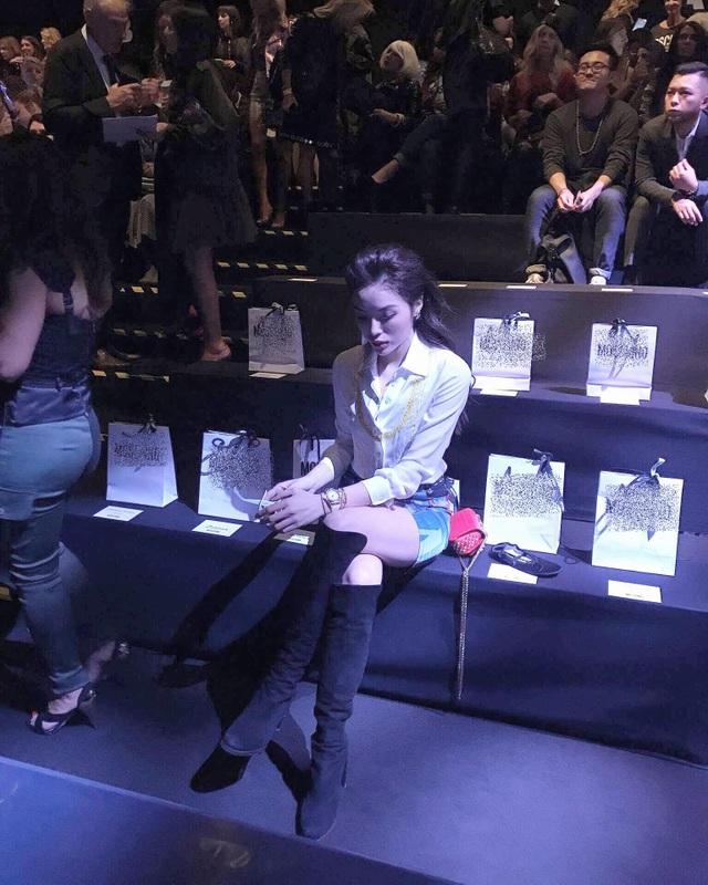 Như đã đưa tin từ trước, Hoa hậu Kỳ Duyên là khách mời danh dự trên hàng ghế đầu tại show diễn Moschino Xuân Hè 2018 - được diễn ra tại Milan Fashion Week , Italy.