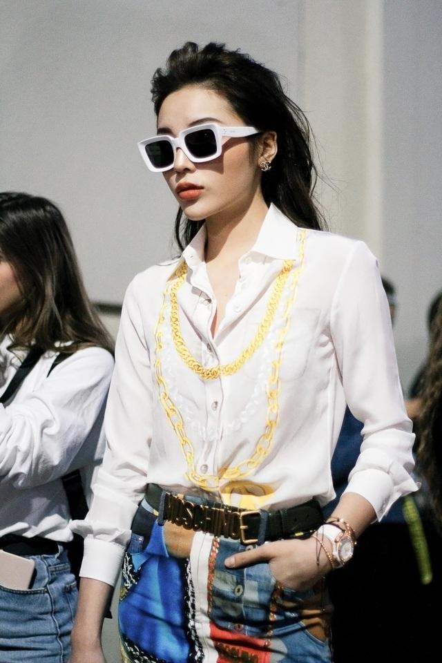Kỳ Duyên xuất hiện thanh lịch nhưng vẫn vô cùng đẳng cấp. Cô diện áo sơ mi cùng chân váy phối cùng các phụ kiện của các nhà mốt hàng đầu thế giới. Cô cũng khoe khéo đồng hồ cùng vòng tay.