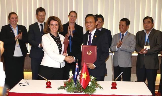 Thứ trưởng Thường trực Bộ NN&PTNT Hà Công Tuấn và Thượng nghị sĩ Anne Ruston, đồng Bộ trưởng Bộ NN&PTNT Australia tham gia ký bản ghi nhớ.