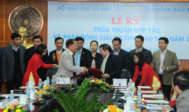Bộ GD&ĐT ký kết với Tập đoàn Bảo Sơn. Năm 2017, Giải thưởng Bảo Sơn sẽ dành cho công dân Việt Nam có các công trình nghiên cứu, ứng dụng có kết quả, có đóng góp nổi bật và ảnh hưởng tích cực. Mỗi lĩnh vực được trao tặng sẽ có một giải Nhất trị giá tương đương 50.000 đô la Mỹ và Bằng khen của Bộ trưởng Bộ GD&ĐT.