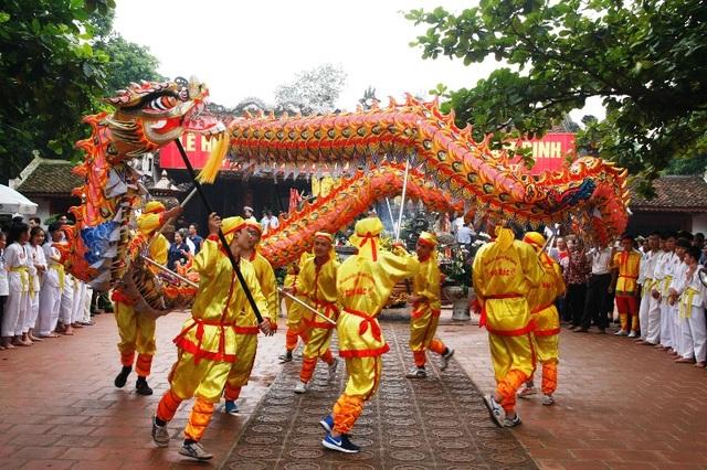 Trong lễ hội người dân và du khách thập phương còn được xem biểu diễn múa lân, múa rồng, múa rối nước truyền thống ở các vùng quê Nam Định