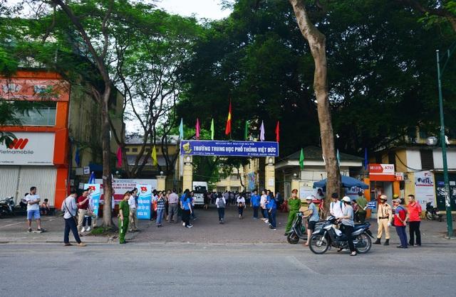 Trường THPT Việt Đức (Hà Nội) trong sáng ngày 9/6, trước giờ thí sinh vào phòng thi.