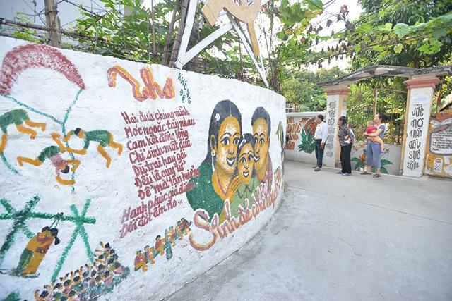 Ông Thắng, một người dân địa phương khá vui khi thấy nhiều du khách quan tâm tới những bức tranh của cụ Thịnh, đồng thời cũng cảm thấy tự hào vì vẻ đẹp của quê hương.