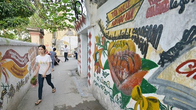 Cụ Thịnh đã bắt đầu vẽ tranh trên tường của những con ngõ nhỏ quanh nhà từ rất lâu rồi nhưng gần đây mới có người chụp ảnh lại, đưa lên mạng nên mới gây xôn xao.