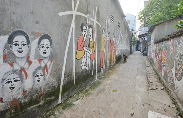 Người dân địa phương yêu thích những bức tranh và tiếc công cụ Thịnh nên dù đã nhiều năm trôi qua, họ vẫn cố gắng giữ lại nguyên vẹn những bức tranh trên tường làng ngõ xóm.