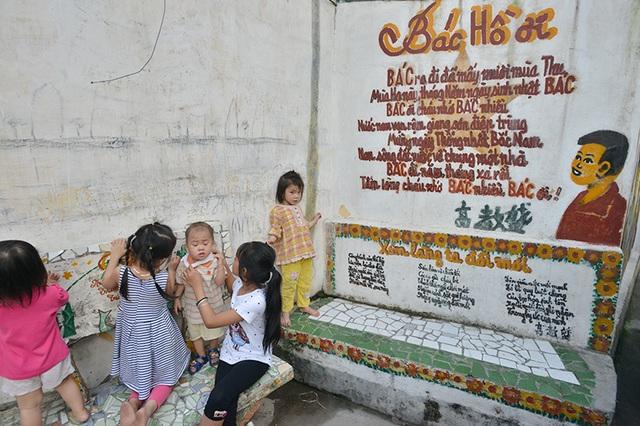 Một bức tranh trẻ em học bài thơ về Bác Hồ ở ngõ Ao Dài.