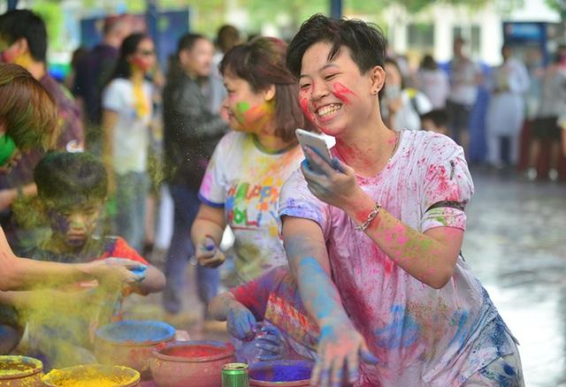 Lễ hội Holi được tổ chức vào ngày trăng tròn vào tháng 3 hàng năm. Lễ hội sắc màu rực rỡ này được tổ chức ở hầu hết mọi nơi trên đất nước Ấn Độ.