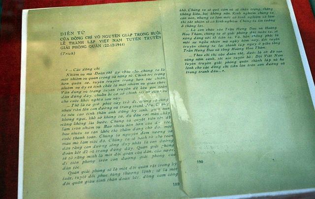 73 năm đã trôi qua, nhiều kỷ vật của Đội Việt Nam tuyên truyền giải phóng quân vẫn còn được lưu giữ đến ngày nay, giữ vai trò minh chứng lịch sử vô cùng quan trọng của Quân đội nhân dân Việt Nam. Trong ảnh là lời diễn từ của Đại tướng Võ Nguyên Giáp trong lễ thành lập Đội Việt Nam tuyên truyền giải phóng quân.