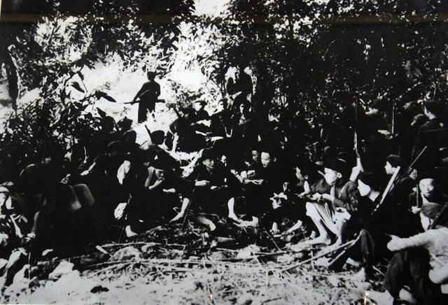 Ngày 22/12/1944, Đội Việt Nam tuyên truyền Giải phóng quân được thành lập tại khu rừng ở Cao Bằng. Trong số 34 cán bộ, chiến sĩ của đội, có 29 người dân tộc thiểu số. Đây là đơn vị chủ lực đầu tiên của lực lượng vũ trang cách mạng, sau này được công nhận là tiền thân của Quân đội nhân dân Việt Nam. Trong ảnh là bữa cơm đạm bạc của Đội Việt Nam tuyên truyền giải phóng quân ngay sau khi thành lập.