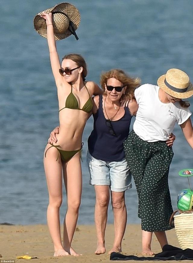 Người mẫu 18 tuổi Lily-Rose Depp đang đi nghỉ cùng gia đình tại Ré Island, Pháp