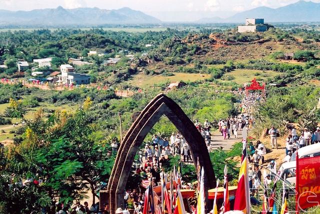 Lễ hội Katê thường diễn ra ở một vùng không gian rộng lớn. Ảnh: TL.