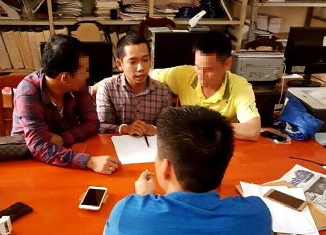 Nghi phạm Lê Lâm Hưng (áo kẻ vuông) khai, đã dùng 1,6 tỷ đồng trong số tài sản cướp được để trả nợ do thua độ bóng đá