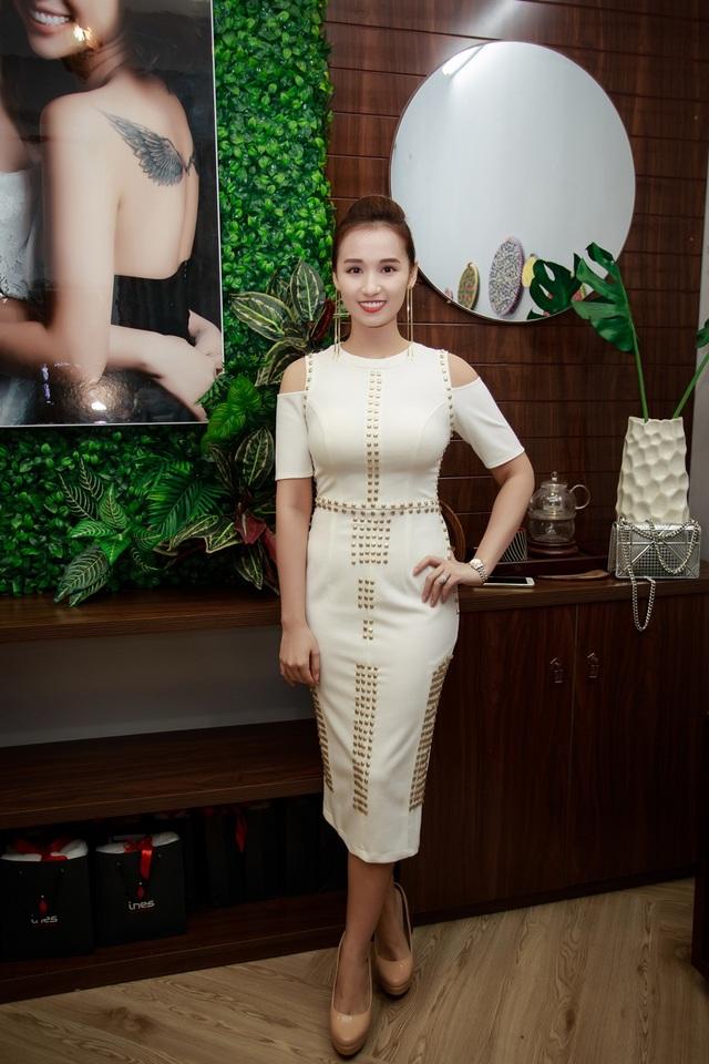 Đến chúc mừng Vân Hugo trở thành bà chủ là những người bạn thân trong nghề của cô gồm: Lã Thanh Huyền.