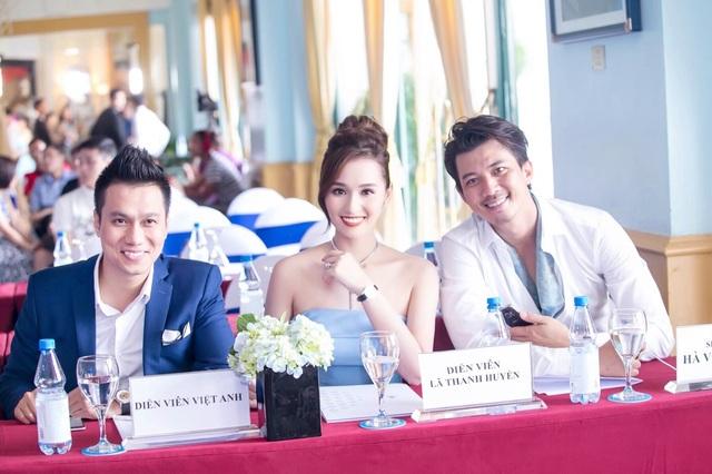 Việt Anh và Lã Thanh Huyền cười rạng rỡ khi gặp lại nhau.