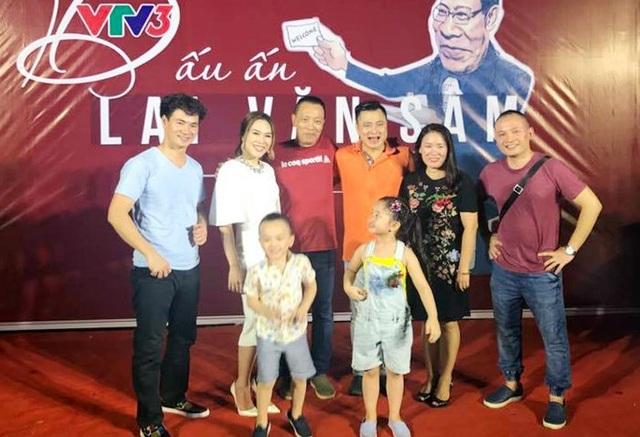 Nhiều đồng nghiệp và nghệ sĩ đến dự tiệc chia tay MC Lại Văn Sâm.