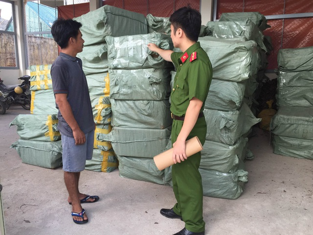 Lái xe Nguyễn Văn Huệ và tang vật gần 1 triệu gói dầu gội đầu, dầu xả không rõ nguồn gốc, bị công an huyện Lộc Bình bắt giữ