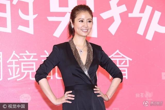 Tại buổi họp báo, Lâm Tâm Như lại nhận được những câu hỏi về thông tin cô và Hoăc Kiến Hoa chưa đăng ký kết hôn, đang chung sống bất hợp pháp với nhau. Trước thông tin này, cô chỉ mỉm cười và giải thích, mọi chuyện sẽ có luật sư giải quyết.