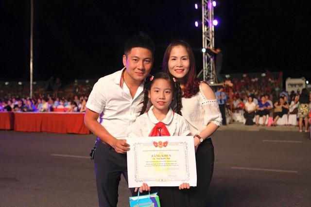 Bố mẹ chúc mừng bé Quỳnh Anh tại một cuộc thi hùng biện bằng tiếng Anh mới đây (ảnh: Gia đình bé Quỳnh Anh cung cấp)