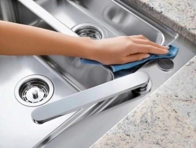 Vệ sinh bồn rửa khiến không gian nấu nướng, sinh hoạt của gia đình sạch sẽ hơn.