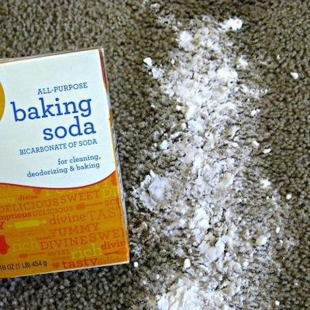Baking soda là giải pháp đơn giản, rẻ tiền giúp làm sạch thảm hiệu quả.