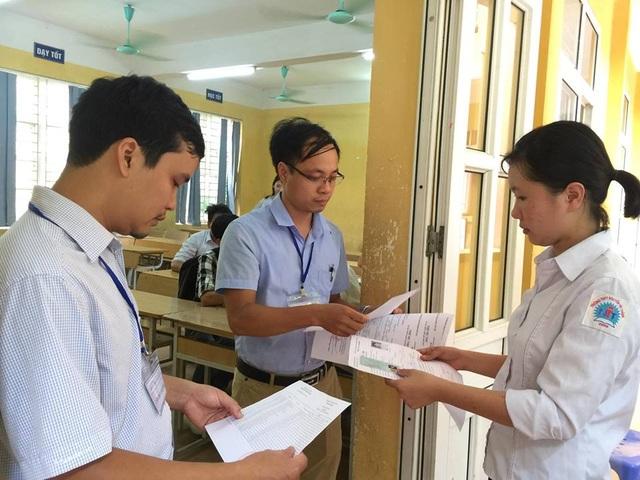Cán bộ coi thi ở Phú Thọ kiểm tra thí sinh trước khi vào phòng nghe phổ biến quy chế và làm thủ tục. (Ảnh: Lệ Thu)