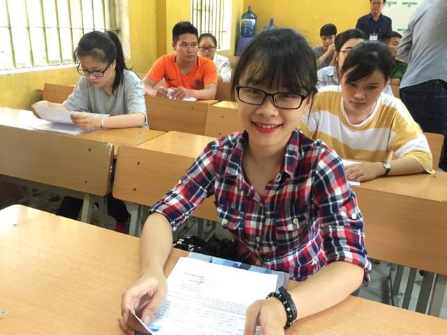 Thí sinh ở điểm trường THPT Việt Trì (tỉnh Phú Thọ) trong phòng làm thủ tục dự thi. (Ảnh: Lệ Thu)